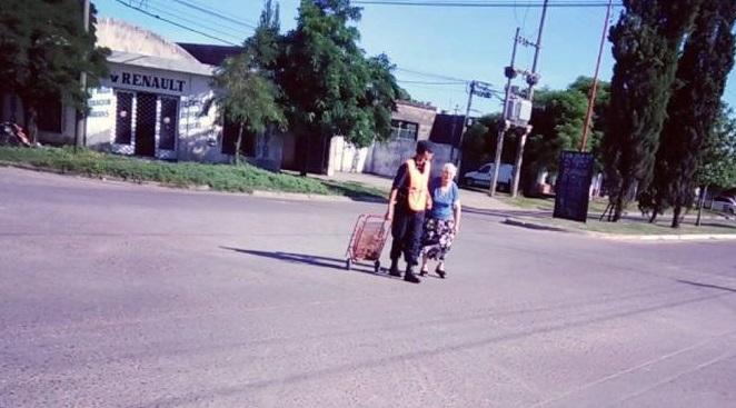 201701_policia_ayuda_a_cruzar_la_calle