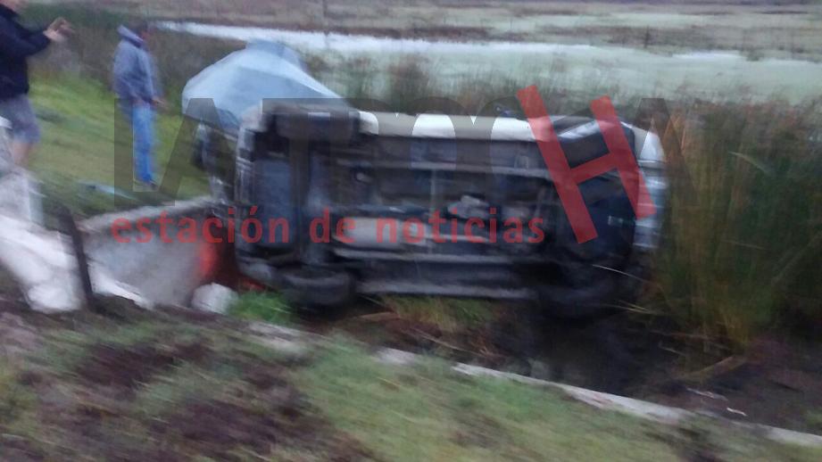 La Suzuki Vitara con la lancha terminó volcada a la vera de la Ruta 5