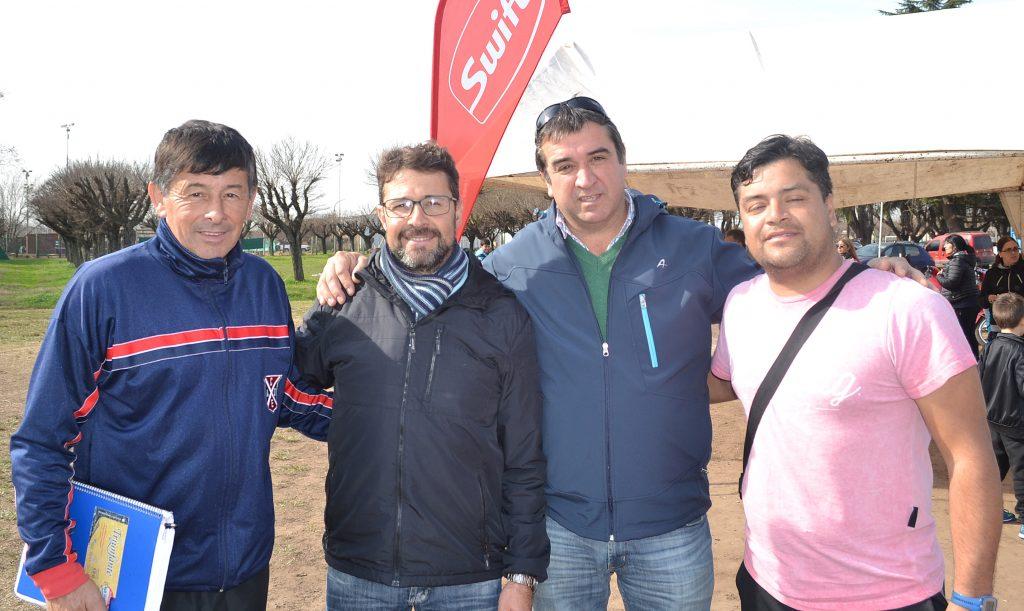 El presidente del Club, Jose Mignes y Jose Vidal de Comision Directiva junto a Walter Junco y Alvaro Camilo, este ultimo de Chile
