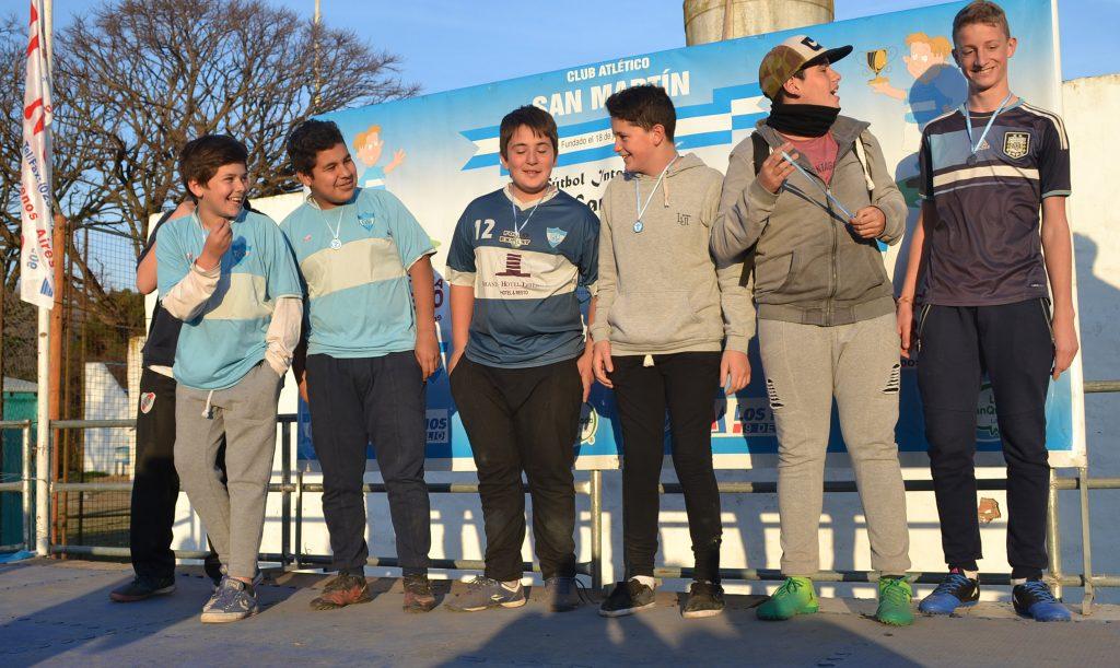 Jugadores de categorias menores que brindaron su ayuda al torneo sanmartiniano