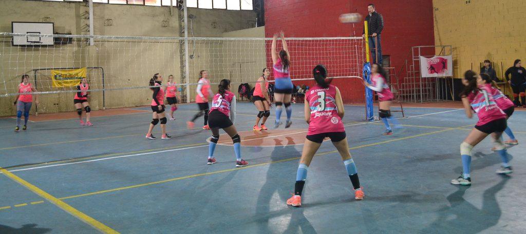 Una jugadora de Rivadavia intenta bolquear un ataque del CEF