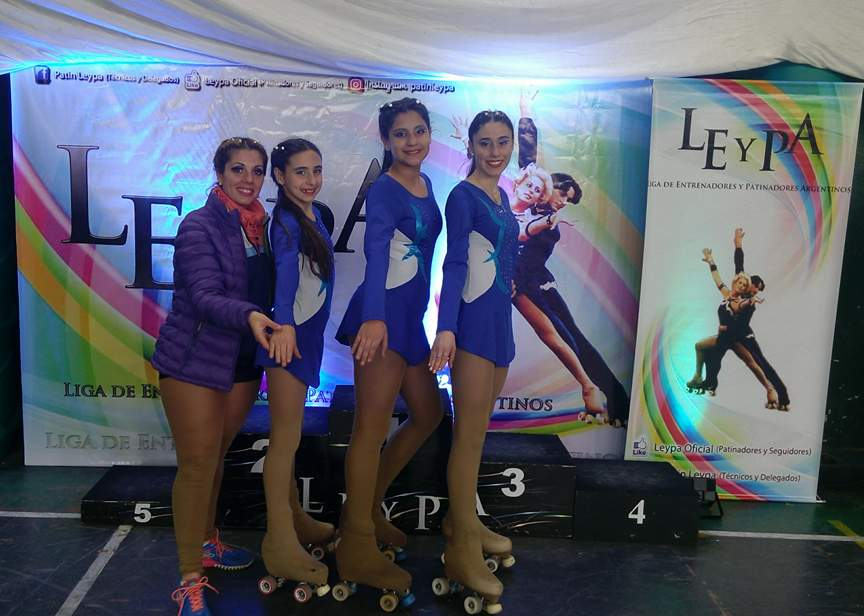 La profesora Ivana Arce con un grupo de patinadoras del Club San Martin