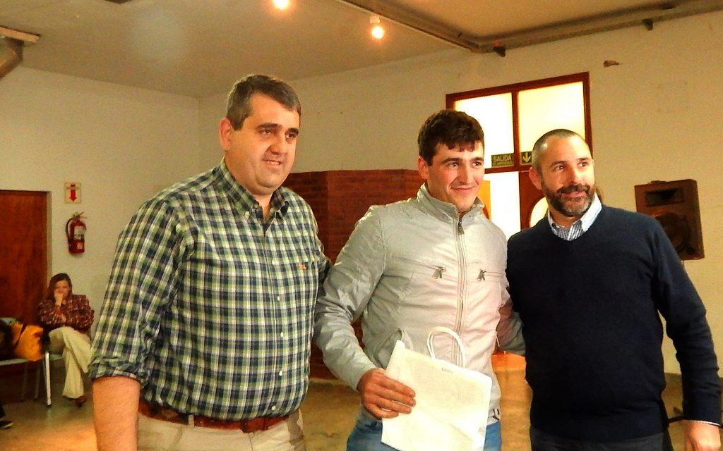 Martin Bidondo, recibio su presente de manos de Hugo Enrique y Fernando Bono